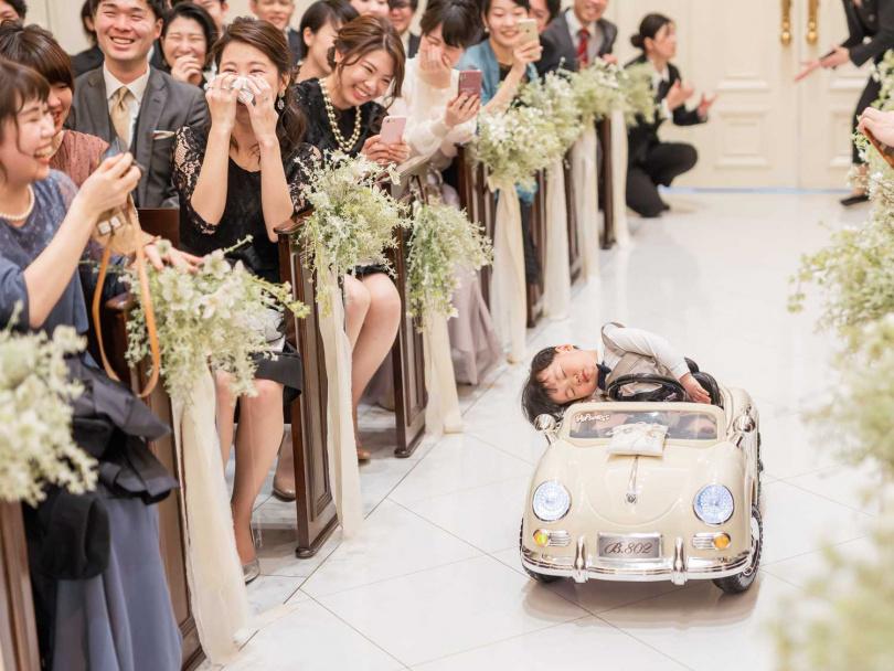 小花童倒頭睡在車上,賓客紛紛笑翻。(圖/翻攝自@Masuda_H 推特)