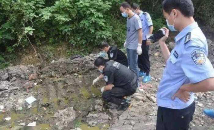 當地警方在室外化糞池找尋跡證。