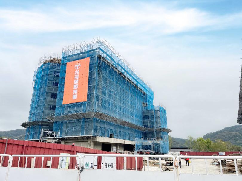 「亞洲健康智慧園區」規劃6棟7層樓高的莊園式低密度建築,目前正在興建中,預計2023年完工。(圖/台灣房屋提供)