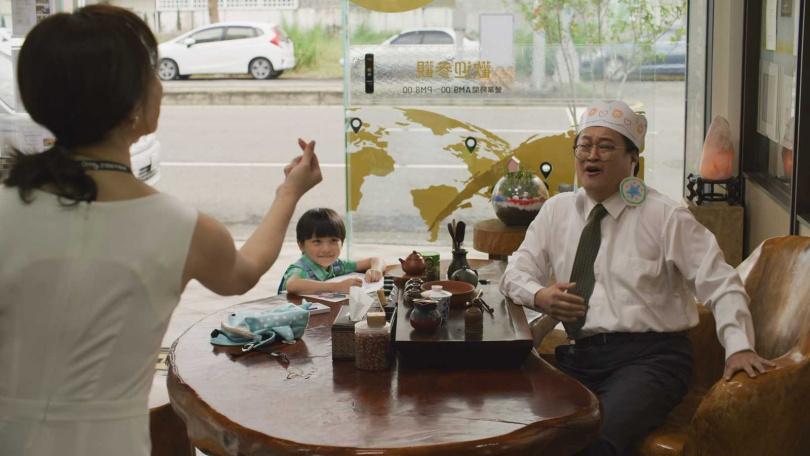 劇中演活千金嬌嬌女的天心感謝店長幫忙接小孩。