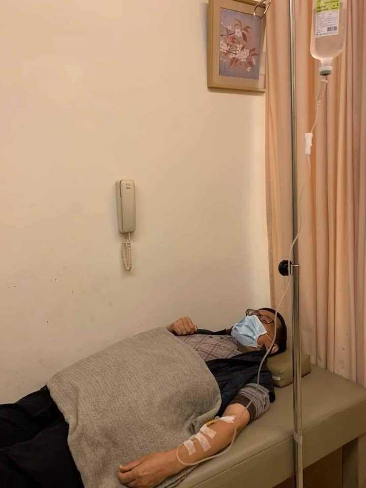 前總統陳水扁因為急性腸胃炎,只能虛弱躺在病床上打點滴休息。(圖/翻攝臉書)