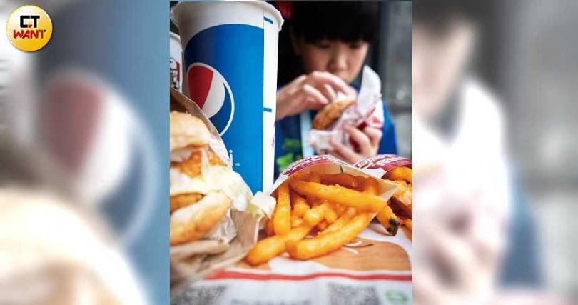 常吃高熱量、高油脂的食物,會使致癌物質長期刺激大腸黏膜,而長出瘜肉。(圖/林勝發攝)