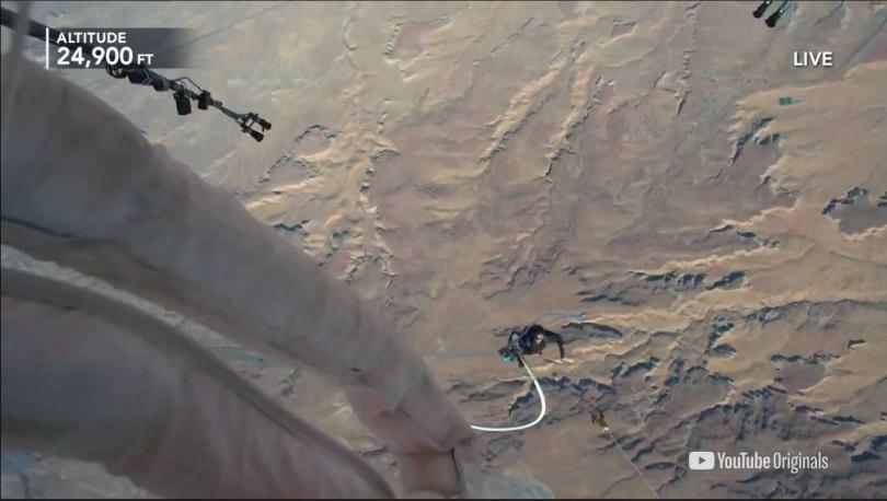 布萊恩選擇在高度24900英尺時,結束這次的挑戰。(圖/翻攝自David Blaine YouTube)