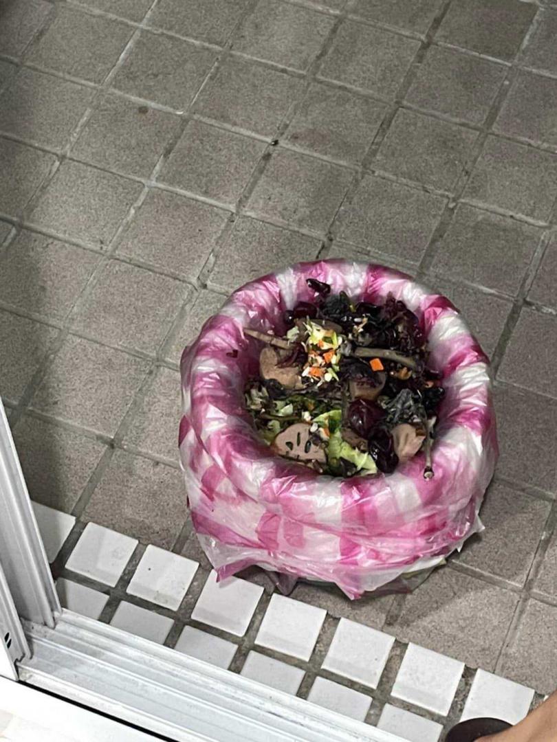 看護竟把蓮藕和雞肉丟進廚餘桶。(圖/翻攝自楊月娥臉書)