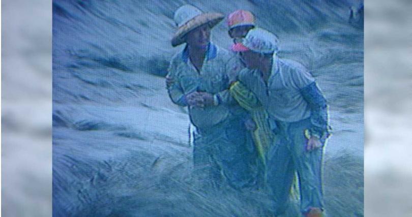 008年嘉義八掌溪事件,4名待援的工人在湍急暴洪中滅頂,時任副閣揆的游錫堃一肩扛下所有責任立刻請辭。(圖/報系資料照)