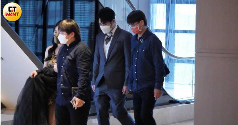鹿希派和吳奕佳在工作人員帶領下入場。(圖/娛樂組)