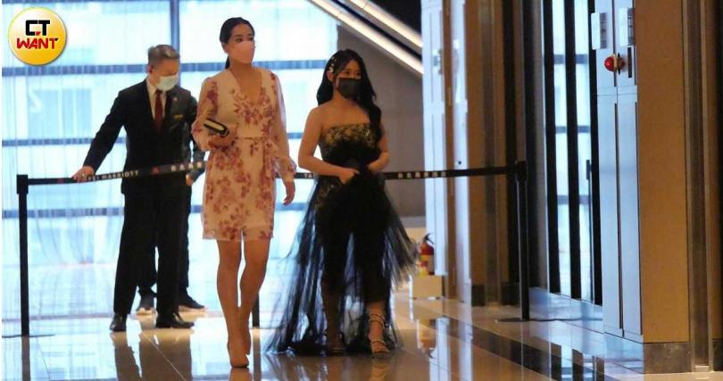 吳宗憲三女兒吳奕佳穿著黑色紗裙禮服現身。(圖/娛樂組)