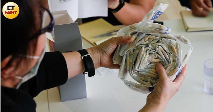 儘管「逆轉療程」1年高達32萬元,但仍吸引不少病友買單,一口氣抱著厚厚一疊「逆轉營養品」回家。(圖/黃耀徵攝)