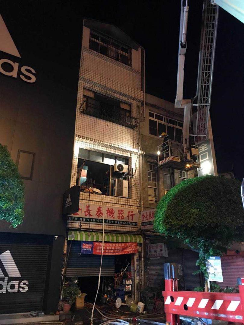 屏東市22日發生民宅火警,警消出動搶救。(圖/屏縣消防局提供)
