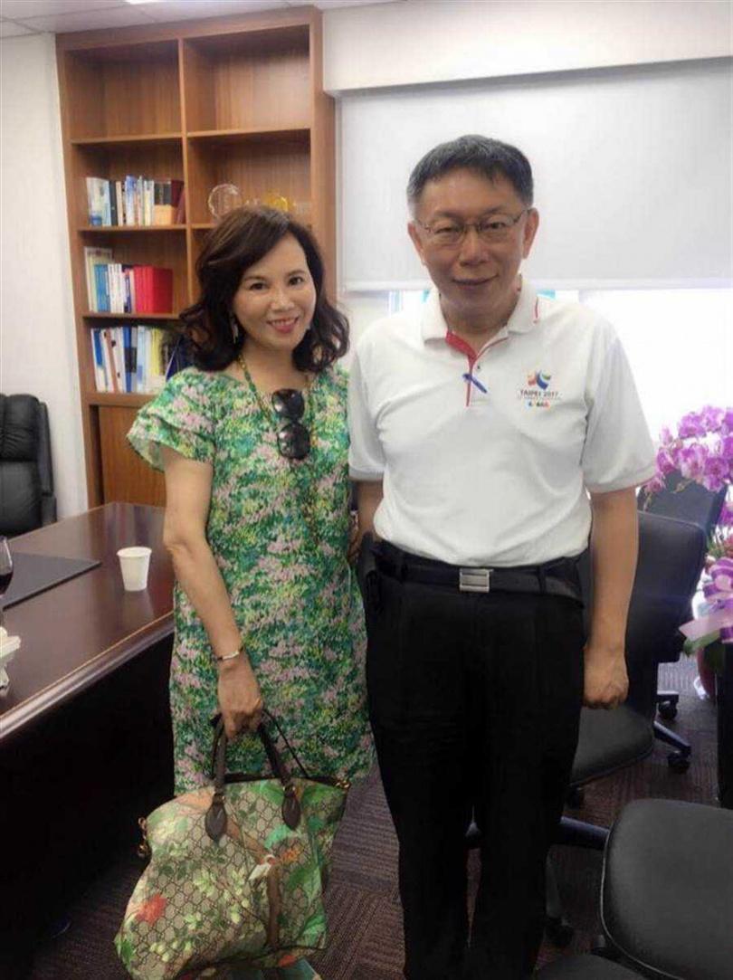 北市府市政顧問謝明珠(左)被市長柯文哲(右)徵詢延攬任職市長室主任。(圖/謝明珠臉書)