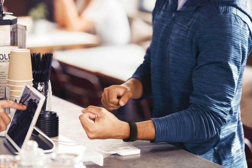 Charge 4內建fitbit Pay行動支付功能,只要綁定一卡通聯名卡或iPASS,就可在超商購物或搭車。(圖/Fitbit提供)