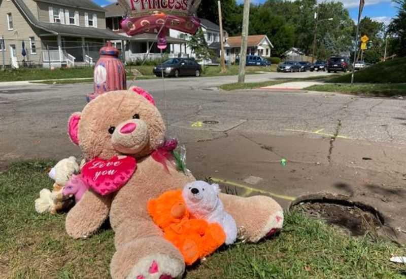 親友和路過的陌生人為去世的女童哀悼。(圖/翻攝自《Soutu Bend Tribune》)