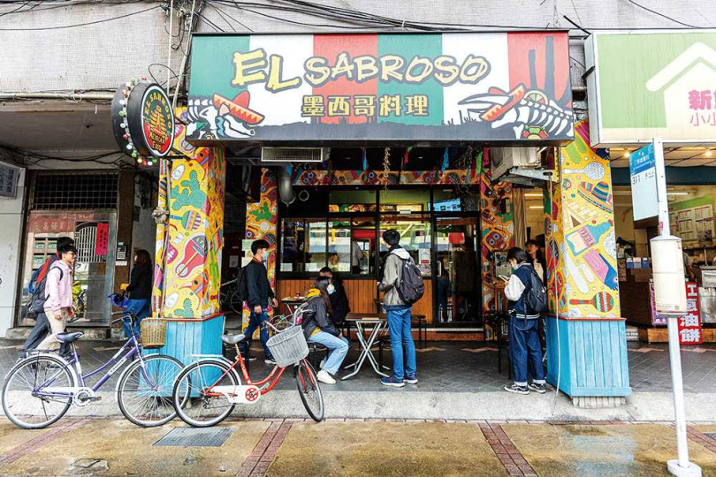 「EL SABROSO墨西哥料理」的招牌和Logo,都用墨西哥紅白綠的繽紛色調,布置得很有異國風情。(圖/焦正德攝)