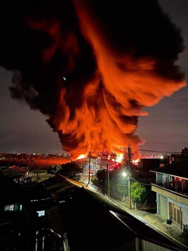 台南鹽水區一家廢棄棉花廠昨晚發生大火,火勢燒製金棗才撲滅,火煙竄高,遠看像棉花火雲,畫面驚人。(圖/翻攝自臉書「我是爆料王」)