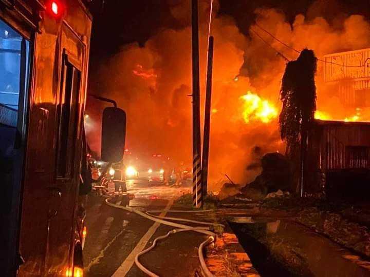 廢棄棉花廠房燃燒一夜,消防員在火場射水灌救,直至今早近9點才撲滅。(圖/讀者提供)