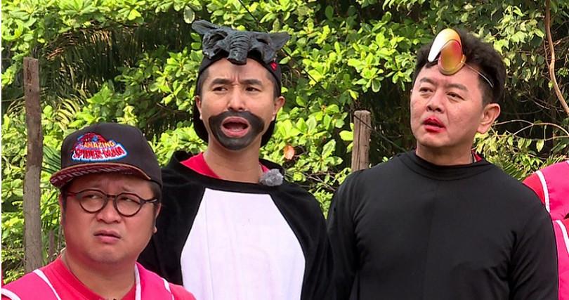 左起納豆、王少偉、庹宗康,前進大馬扮裝玩遊戲。(圖/台視提供)