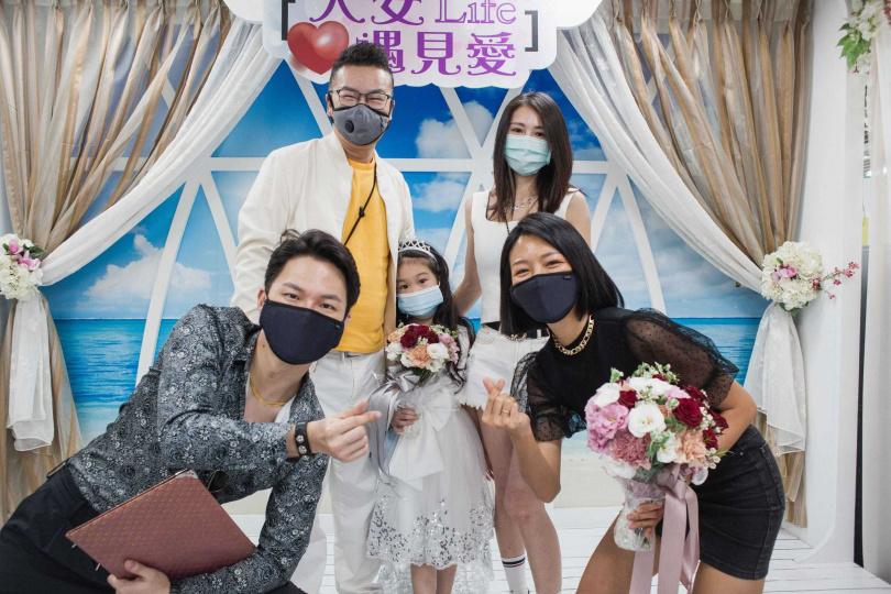 沈玉琳全家前往戶政事務所見證若綺完婚。(圖/伊林娛樂提供)