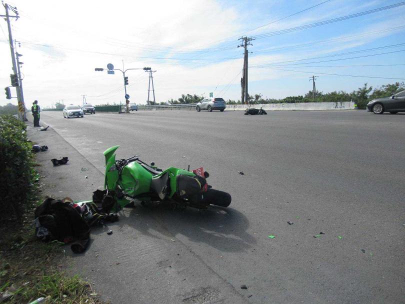 事故現場和女騎士發生碰撞的重機倒地,造成1死2輕傷。(圖/讀者提供)