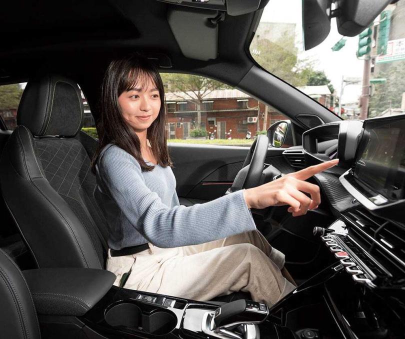 混合3種材質製成的跑車化座椅,不僅能牢抓駕駛於座位上,也為車室增添時尚元素。(圖/張文玠攝)