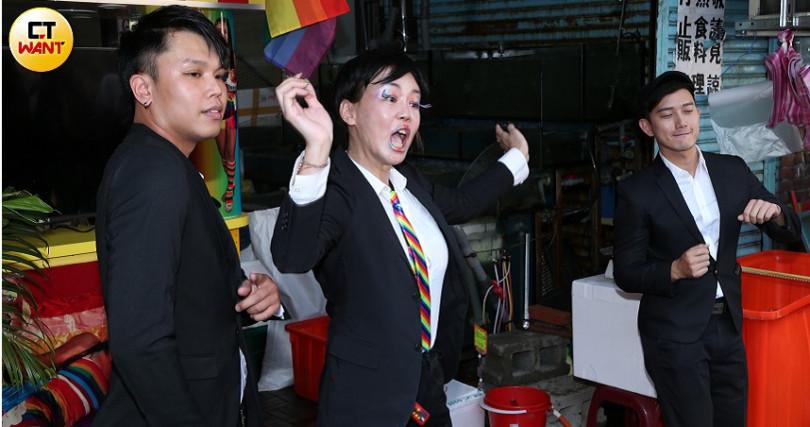 為自家飲料店開幕造勢,法拉利姐豁出去在現場載歌載舞。(圖/彭子桓攝)