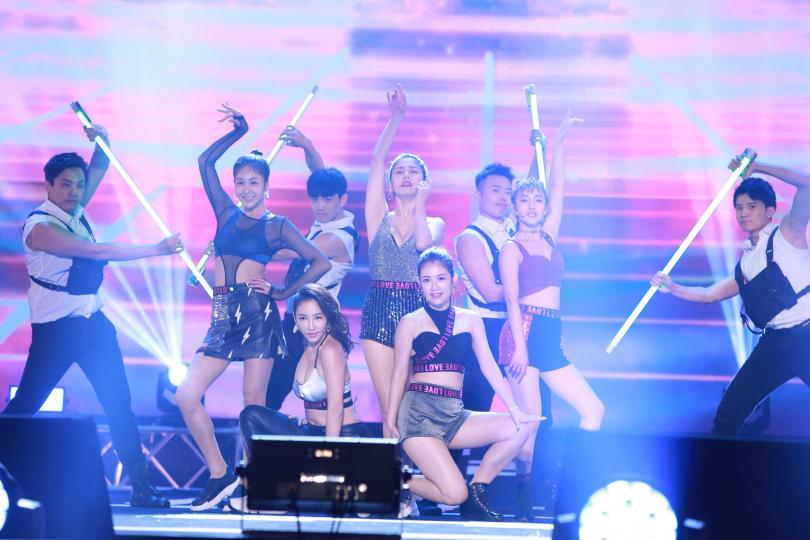 白家綺帶領師妹們「鳳凰之星」張家瑋、郭亞棠、夏宇禾、邱子芯一同大跳熱舞。(圖/民視提供)
