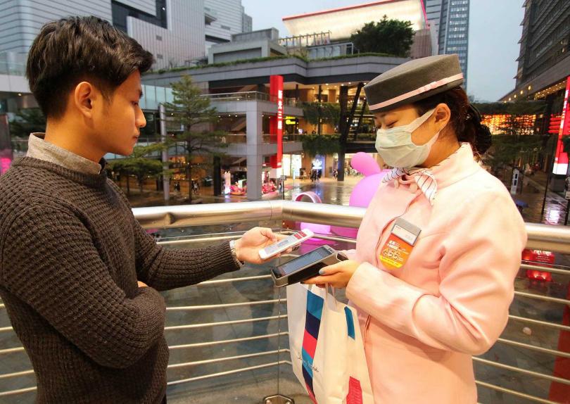 客戶橫跨多種產業的康翔,曾為新光三越製作制服。(圖/康翔提供)