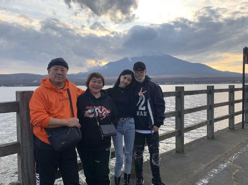 潘瑋柏(右起)日前大秀愛妻跟家人的合照,正式成為人夫。(圖/微博)