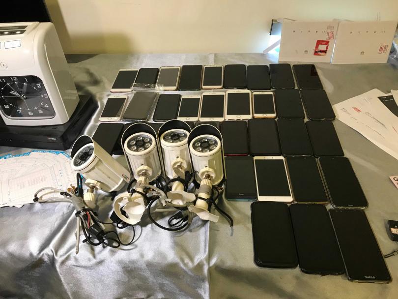 警方起出嫌犯使用的電腦、手機等證物。(圖/讀者提供)