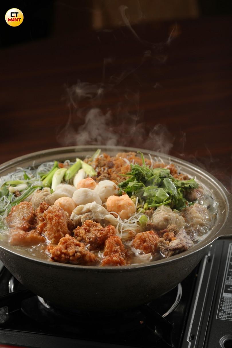 滿滿好料的「狗母魚米粉鍋」,主角狗母魚酥炸得外脆內嫩,米粉吸收雞湯精華,鮮美甘甜。