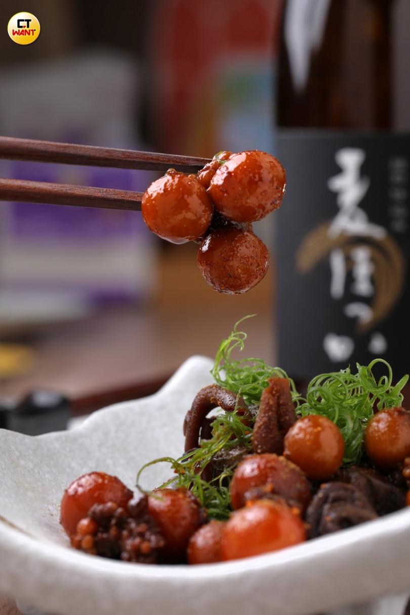 激屋的「有馬山椒雞雜煮」中的稀有美食「燈籠」,蛋香濃郁、口感Q彈。