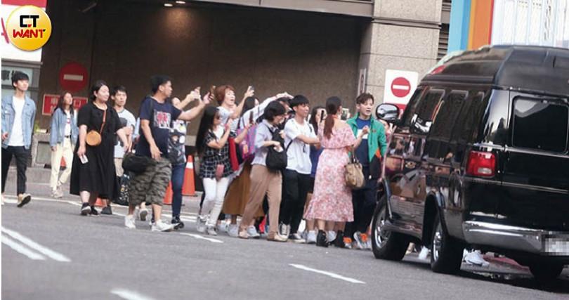 結束活動後,李國毅被許多熱情粉絲包圍拍照。(圖/攝影組)
