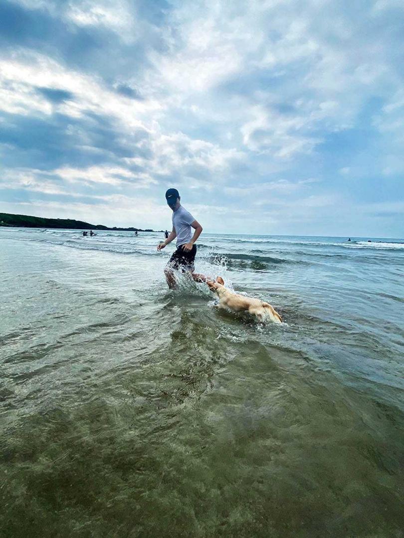 蔡明仁時常帶Friday出去玩,一人一狗在海邊玩得不亦樂乎。(圖/一切好音樂工作室提供)