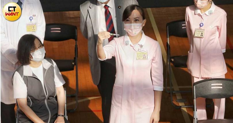 總統蔡英文今(23日)一早接種高端疫苗。(圖/趙文彬攝影)