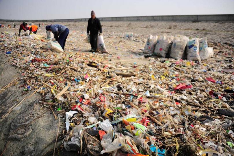 大陸要求2020年底前,主要城市超市、商場禁用塑膠袋。(圖/路透)