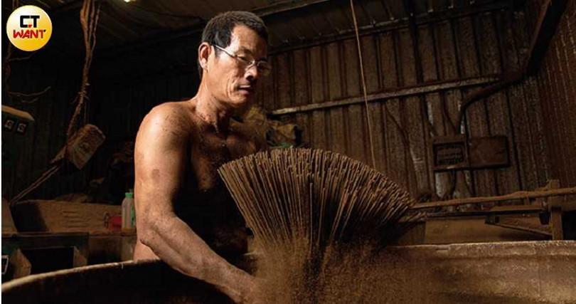 與「如意檀香」合作多年的手工香師傅梁有道,製香資歷超過40年。(圖/宋岱融攝)
