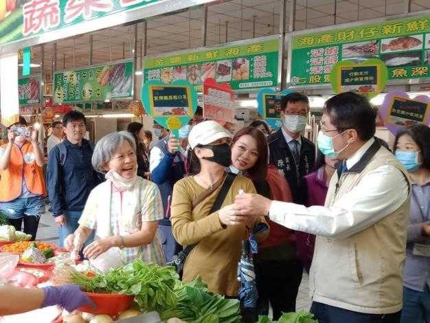 台南市針對59處公有零售市場,降低攤商使用費,舒緩業者資金壓力。