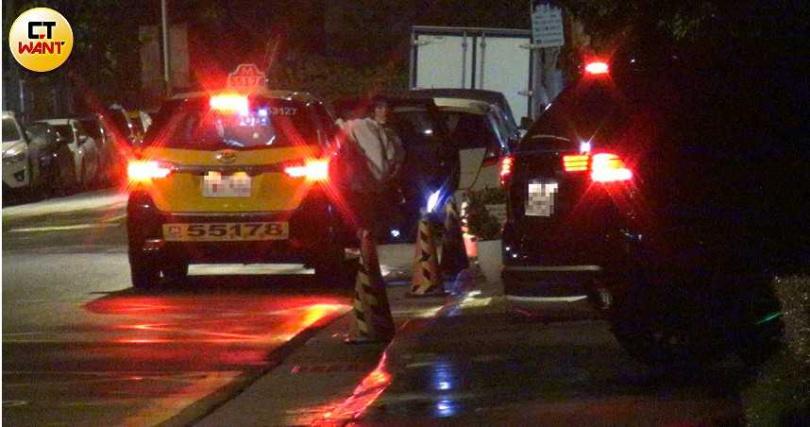 凌晨3點左右,忙完開幕事宜的熊熊終於拖著疲憊的身軀獨自搭上計程車回家。(圖/本刊攝影組)