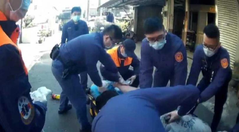 由於男子已遭警方噴灑辣椒水,眼睛刺痛無法睜開,員警合力將男子壓制上銬。(圖/民眾提供)
