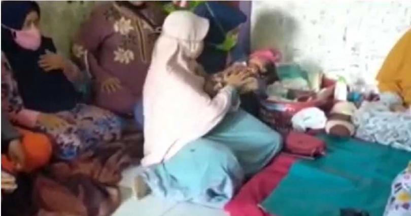 西蒂賈娜10日在客廳突然感受到一陣風吹來,就這樣有了身孕。(圖/翻攝自Tribun News YouTube)