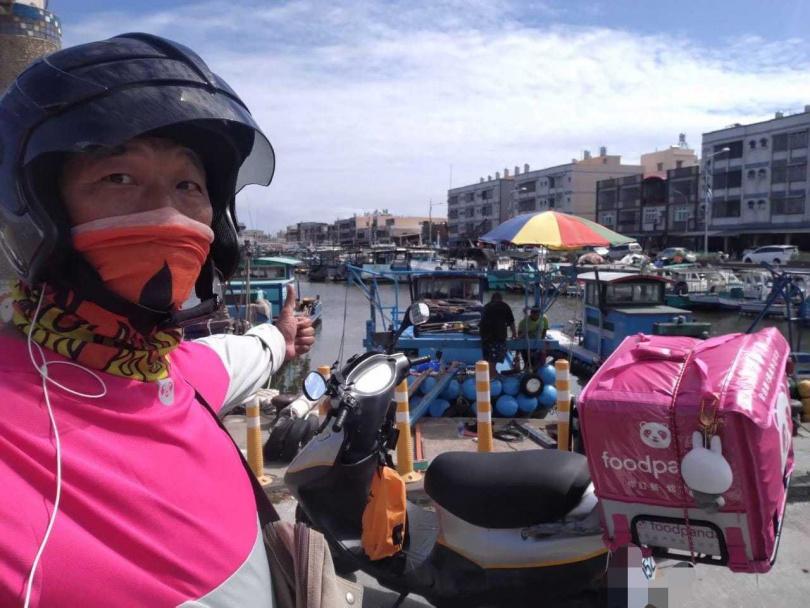 衣服穿反的熊貓外送員送飲料到港邊。(圖/外送員的奇聞怪事臉書)