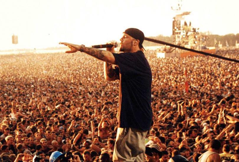 美國搖滾金屬樂團「林普巴茲提特」1999年在「伍茲塔克音樂節」演唱,被認為引發了與會樂迷暴動,導致現場混亂失序。(圖/NETFLIX提供)