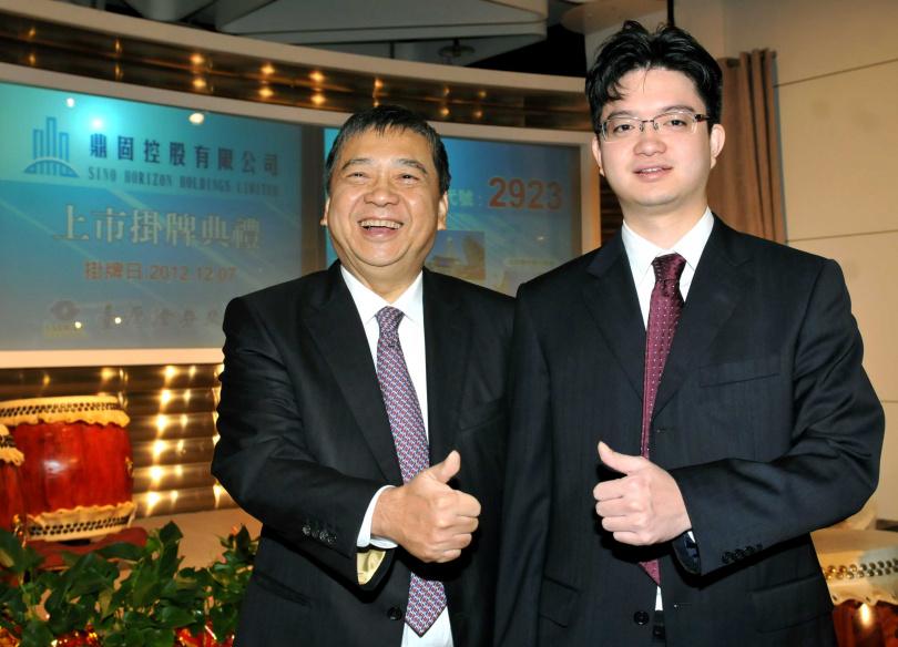 2012年鼎固在台灣證券交易所上市,為首家回台上市的中國房地產台商企業,圖為董事長張洪本(右)、總經理張能耀(左)父子出席上市儀式。(圖/報系資料照)