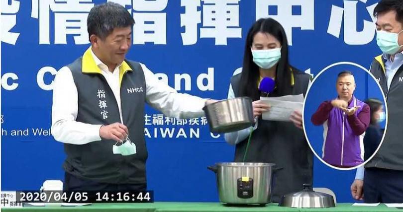 陳時中5日在記者會上操作如何蒸口罩。(圖/衛生福利部疾病管制署YouTube)