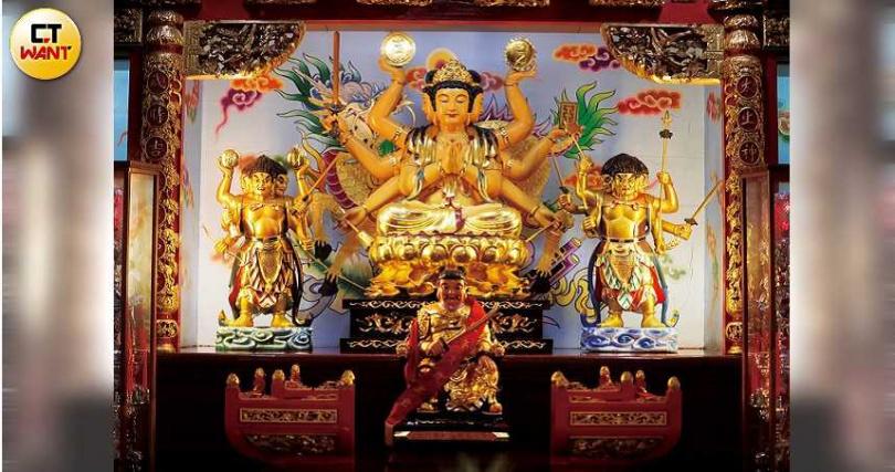 新北市林口區的「竹林山觀音寺」主祀十八手觀音,大殿裡由韋馱菩蕯、伽藍菩蕯擔任左右護法。(圖/施岳呈攝)