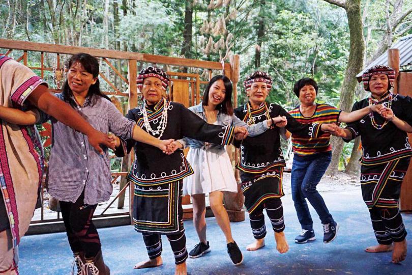 每逢周末下午,地利村的「達瑪巒劇場」都有免費演出。(圖/部落客劈腿女孩Yaya提供)