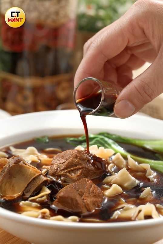 「龜鹿四珍藥膳排骨麵」製作耗工又費時,可補氣和補血,也有增強免疫力作用。(299元)