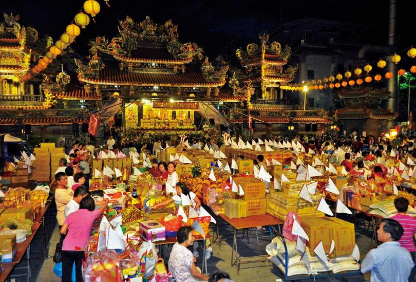 由於地藏菩薩聖誕剛好是「鬼門關」,多數廟宇都在同天舉辦佛誕祝壽典禮與普渡法會。(圖/報系資料照)