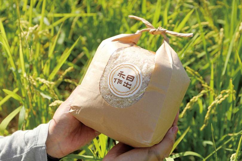 「手札包」的精緻文創包裝,增添電光米的質感。(220元/1.5公斤)(圖/于魯光攝)