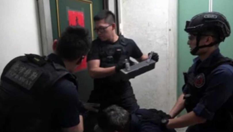 警方經過數個月的追查,在近日直搗詐團機房。(圖/翻攝畫面)