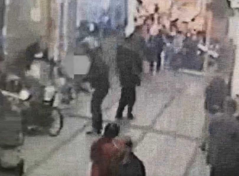 林男左腰被刺了一刀,鮮血直流,警消獲報立刻將他送醫急救。(圖/翻攝畫面)